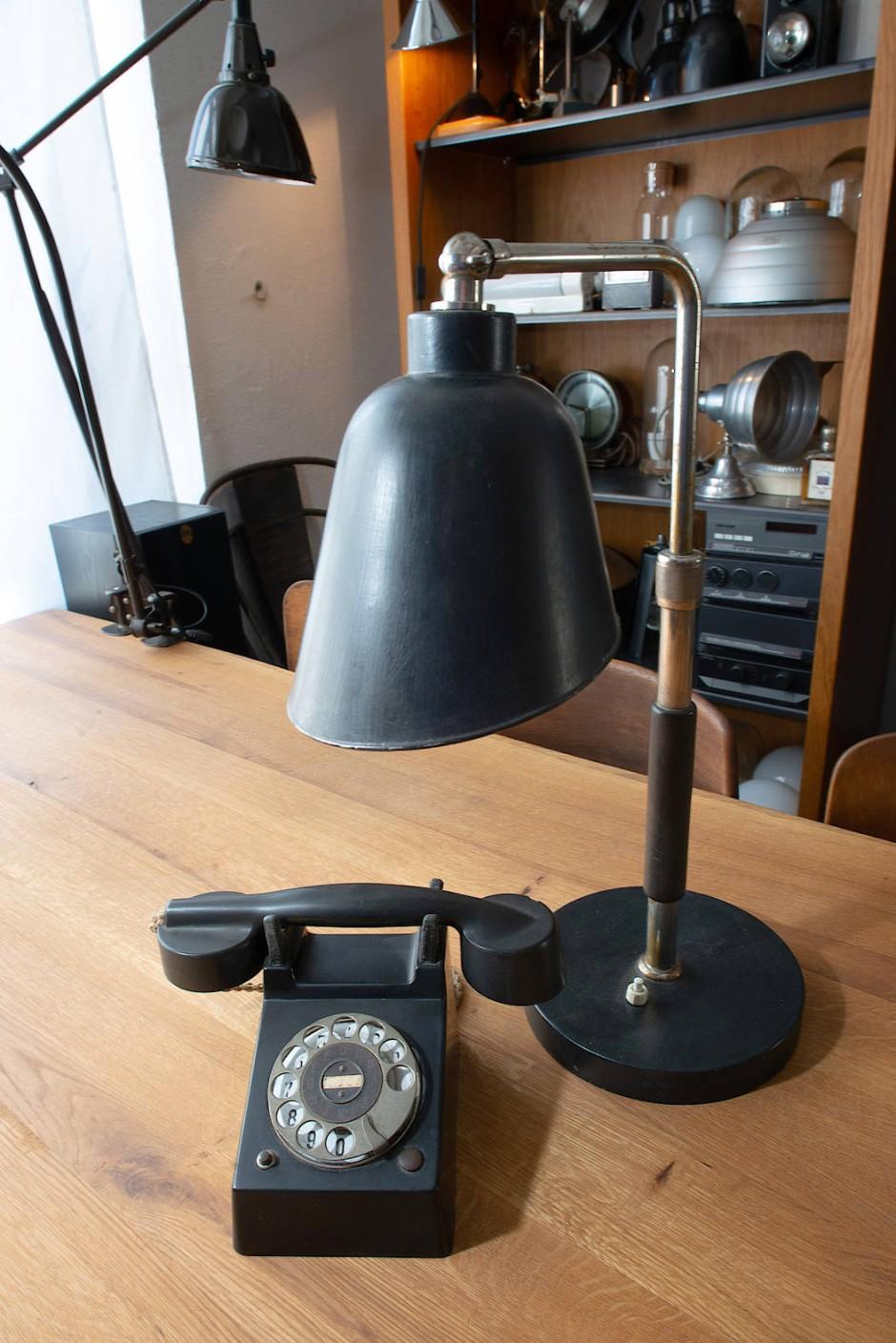 Eine Goethe Schreibtischlampe und Telefon aus der Zeit des Bauhauses.