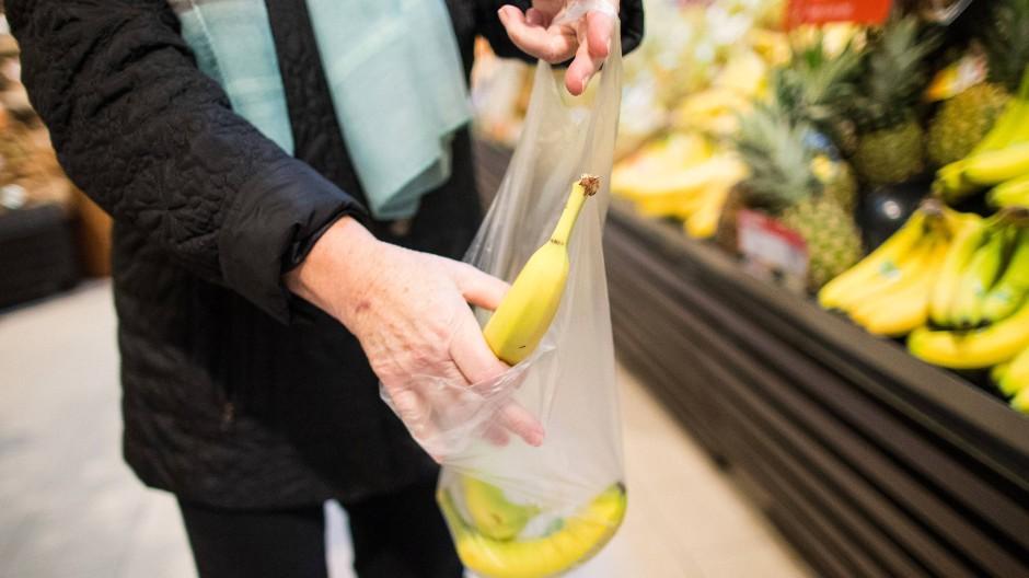 Dünne Plastiktüten für Obst und Gemüse sind von dem Verbot ausgenommen.