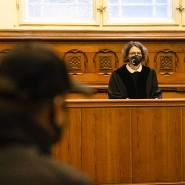 Schleswig-Holstein, Flensburg: Die Vorsitzende Richterin Birte Döbeling (r) schaut vor Prozessbeginn zu dem Angeklagten.