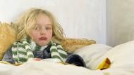 Gönnt man einem erkälteten Kind Ruhe zuhause, braucht es sehr oft kein Antibiotikum.
