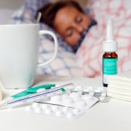 Die längeren Fehlzeiten 2018 erklärt die AOK unter anderen mit einer Erkältungswelle.
