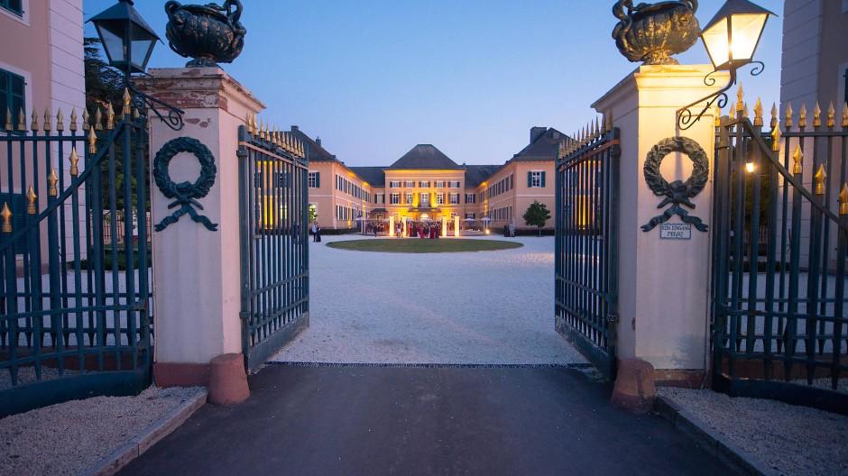Teure Immobilie: Allein vom Weinbau lassen sich alteingesessene Güter wie Schloss Johannisberg im Rheingau oft nicht mehr finanzieren.