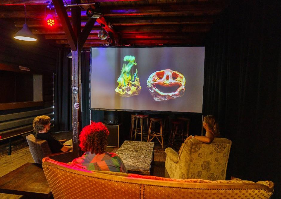"""Schirn-Ausstellung an ungewohnten Orten: Besucher schauen im Im """"Yachtclub"""" ein Musikvideo von Allison Schulnik"""