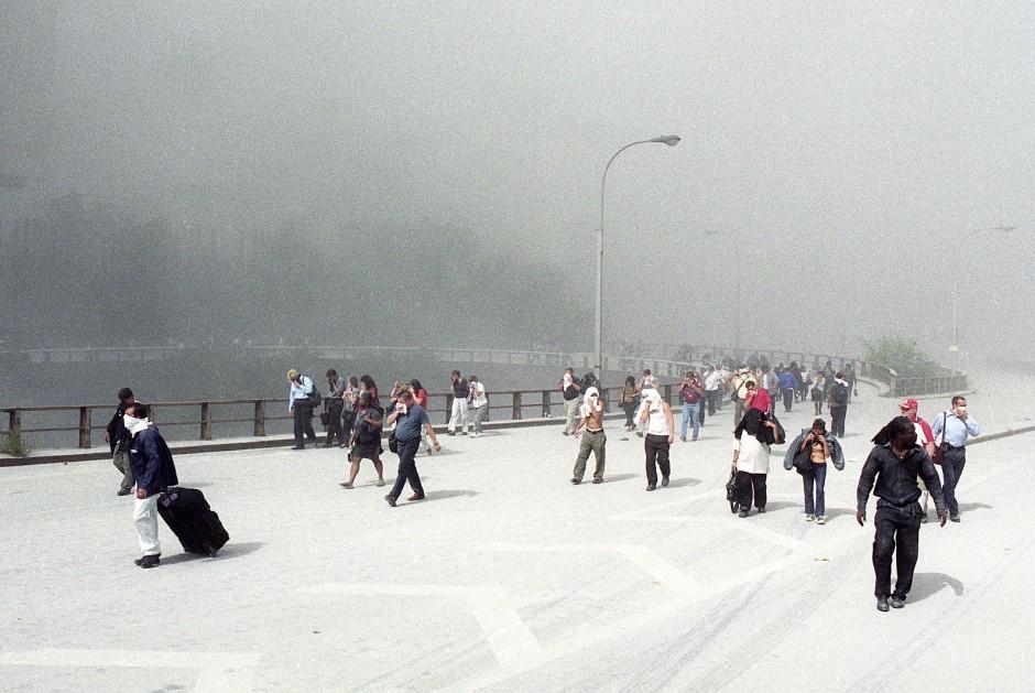 Der Betonstaub lässt die Straße im Süden von Manhattan wie eine absurde Winterlandschaft aussehen. Dabei herrschte am 11. September 2001 in New York schönstes Spätsommerwetter.