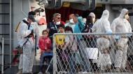 Überlebende vor Lampedusa in Sicherheit gebracht