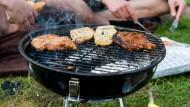 Grillen kann so einfach sein: Man braucht die nötige Hitze und etwas Schmackhaftes zum Auflegen - fertig.