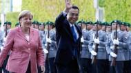 Angela Merkel begrüßt am Mittwoch den chinesischen Ministerpräsidenten Li Keqiang in Berlin.