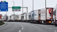 Wird das der Alltag nach dem Brexit? Staus vor dem Eurotunnel bei Calais wegen eines Streiks der Zöllner