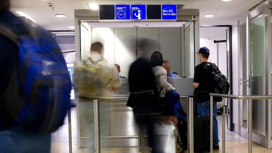 Strengere Kontrollen: Abgeschobene Personen, die mit einer Wiedereinreisesperre belegt sind, sollen schon an der Grenze zurückgewiesen werden (Archivbild).
