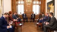 Assad bei einem Treffen mit Abgeordneten des Europaparlaments und russischen Föderationsrats.