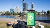 Da lacht der Mülleimer: Frankfurt hat sich gemacht, aber es gibt noch Optimierungspotential – wie hier am Mainufer.
