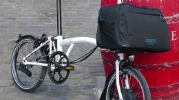 Ein Kofferraum mit Faltrad dran