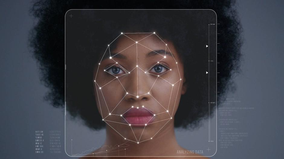 Vermessen: Gesicht einer Frau im Koordinatensystem einer Gesichtserkennungssoftware
