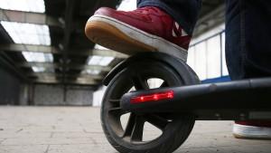 Mann fährt mit Elektro-Roller über Autobahn
