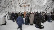 Gegen die Trennung von Russland:Gläubige, die der Kirche des Moskauer Patriarchats angehören, beten in Kiew.