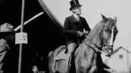 Amerikas Präsident hoch zu Pferd. In einer diplomatischen Note wendete sich Woodrow Wilson im Juni 1917 direkt an die russische Revolutionsregierung. Aufnahme um 1910.