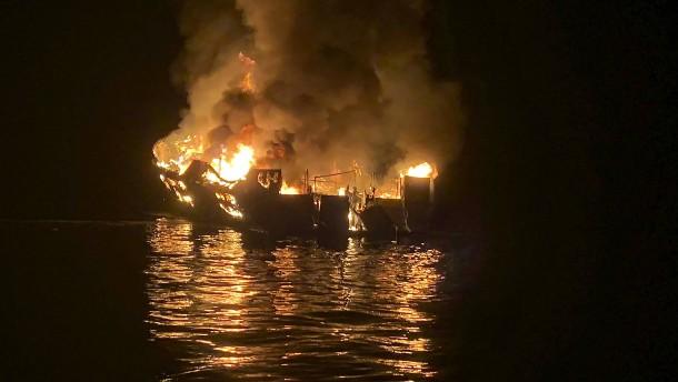Kapitän nach Bootsfeuer wegen Totschlags in 34 Fällen angeklagt