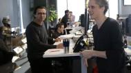 Im Gespräch mit Mitarbeitern: Aaron Levie (rechts)