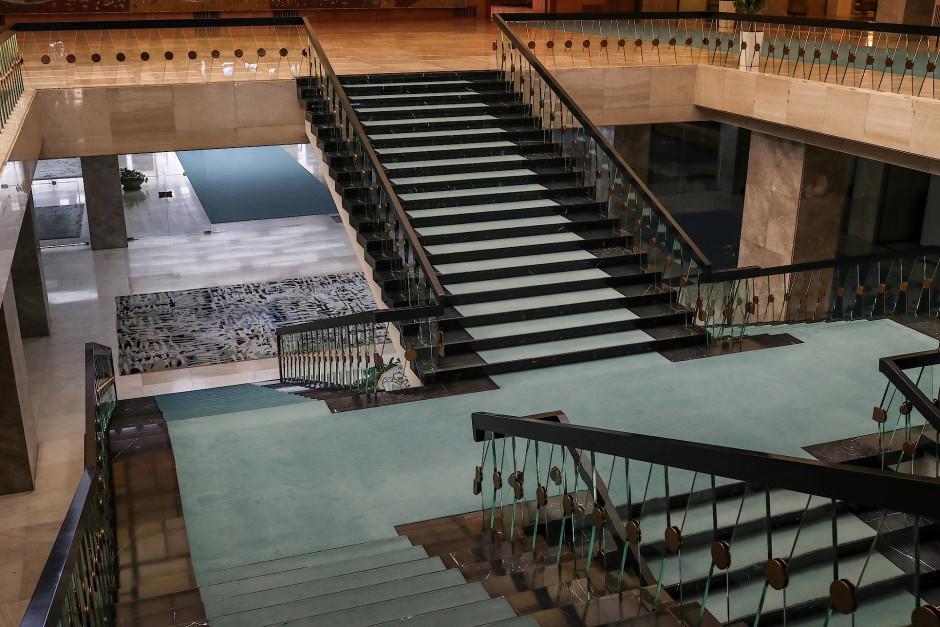Eine Treppe, die in den Großen Saal des Palata Sribje-Gebäudes führt.
