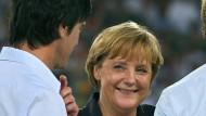 2006 hat es gefunkt. Seitdem treffen sich Joachim Löw und Angela Merkel regelmäßig zum Essen. Mit am Tisch sitzt Oli Bierhoff – als Alibi oder doch eine Ménage-à-trois?