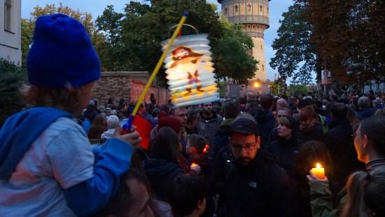 Anteilnahme vor der Synagoge in Halle