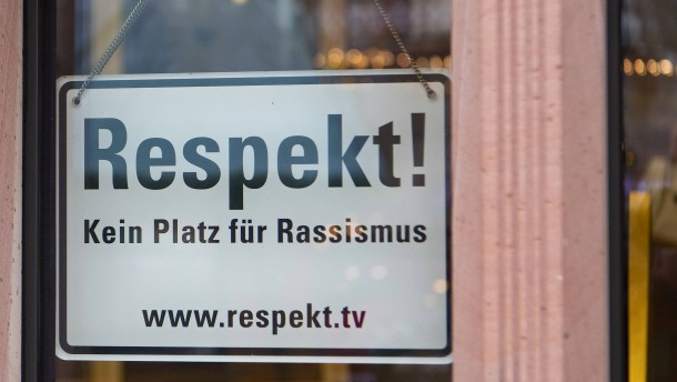 """Feldmann: Das """"Kein Platz für Rassismus""""-Schild bleibt!"""