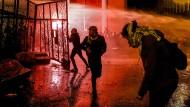Beirut, am vergangenen Samstagabend: Regierungskritische Demonstranten versuchen mit Gewalt ein Tor zu stürmen, das zum Hauptquartier des Premierministers führt.