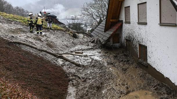 Vier Wohnhäuser nach Erdrutsch evakuiert