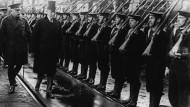 Der amerikanische Präsident Woodrow Wilson beim Abschreiten einer Ehrenformation. England, 1917.