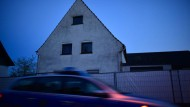Als Anlass zur Gewalt genügten Nichtigkeiten: Polizeiauto vor dem Tatort in Höxter-Bosseborn.