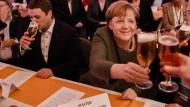 Stößchen: Angela Merkel beim politischen Aschermittwoch in Demmin