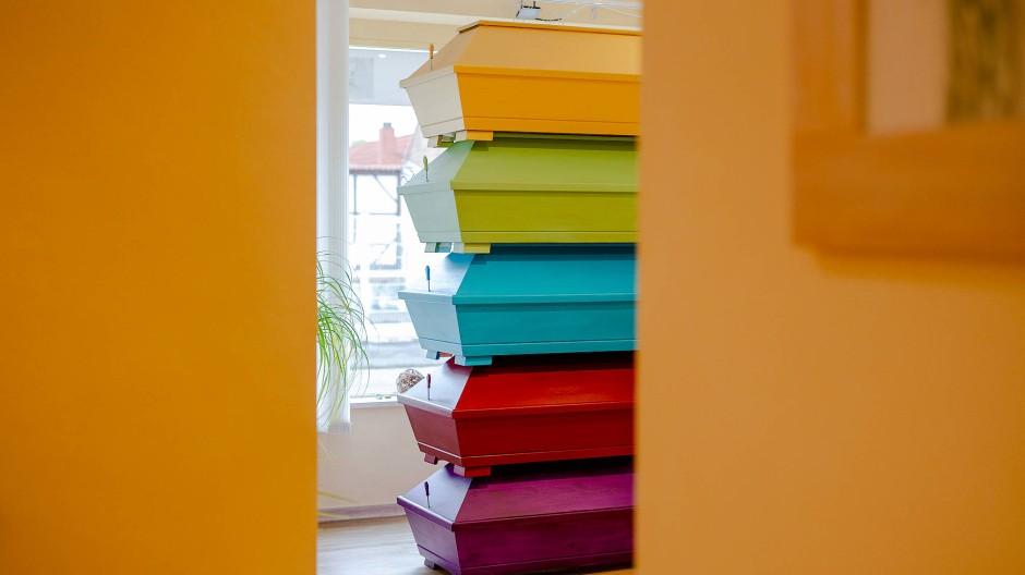 Ein Turm aus bunten Särgen in einem Bestattungsinstitut
