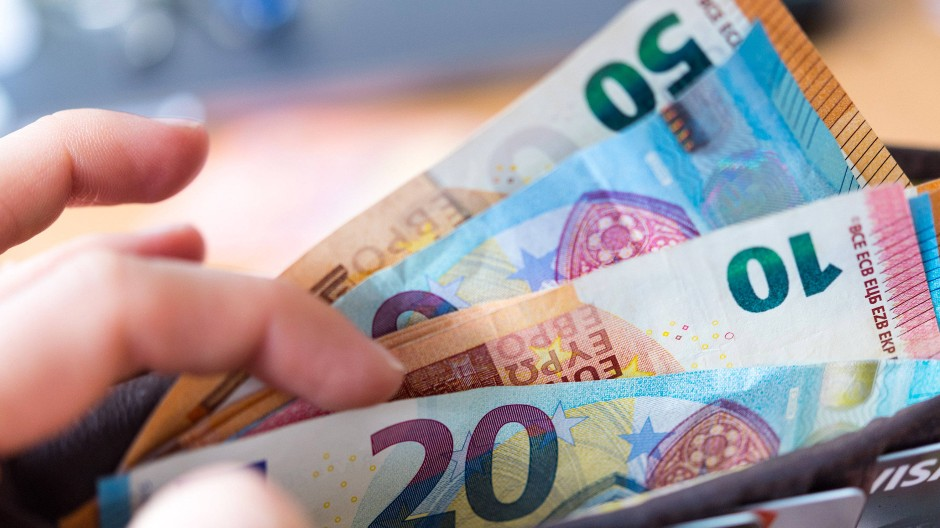 Zahlen, bitte: Wer im Monat 10.000 Euro verdient, für den könnten künftig Zuschläge anfallen.