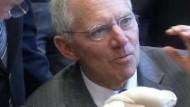 Schäuble wird Finanzminister, Guttenberg übernimmt Verteidigung