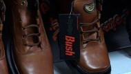 Schuhwurf lässt bei Fabrik die Kassen klingeln