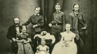 In einer Familie: Theodor Storm (links) und die Seinen, ganz rechts Sohn Hans
