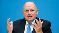 IT-Sicherheit muss Chefsache sein: Das fordert BSI-Präsident Arne Schönbohm im F.A.Z.-Interview.