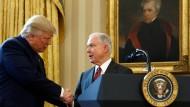 Präsident Donald Trump gratuliert seinem JustizministerJeff Sessions nach dessen Vereidigung im Oval Office am 09.02.2017.