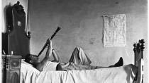 """Zeigt den Sinn fürs Absurde: Pietro Donzellis Schwarz-Weiß-Aufnahme """"Feiertag"""" aus dem Jahr 1954."""