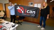 Glückliche Nobelpreisträger: Ican-Generalsekretärin Beatrice Fihn und Mitarbeiter Daniel Hogstan mit einem Banner ihrer Organisation.