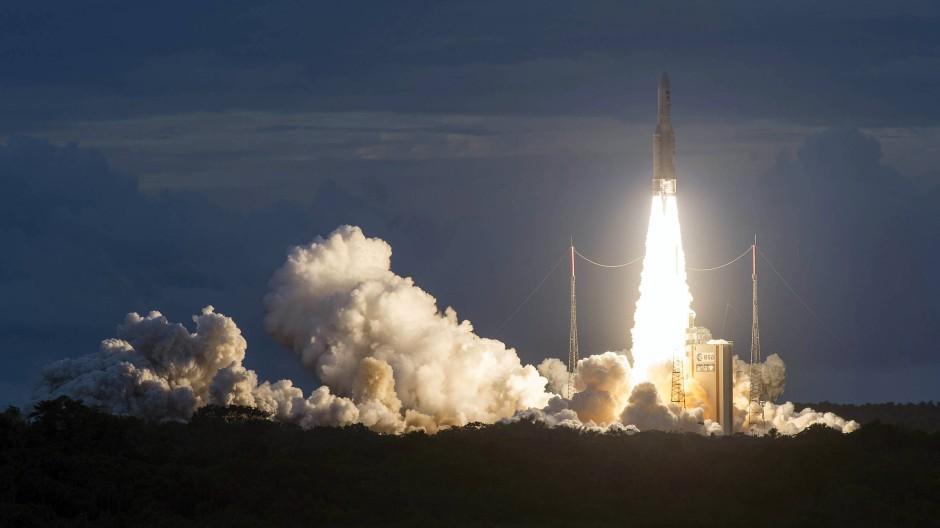 Eine Ariane-5-Rakete startet in Kourou, Französisch-Guyana (Archivbild).