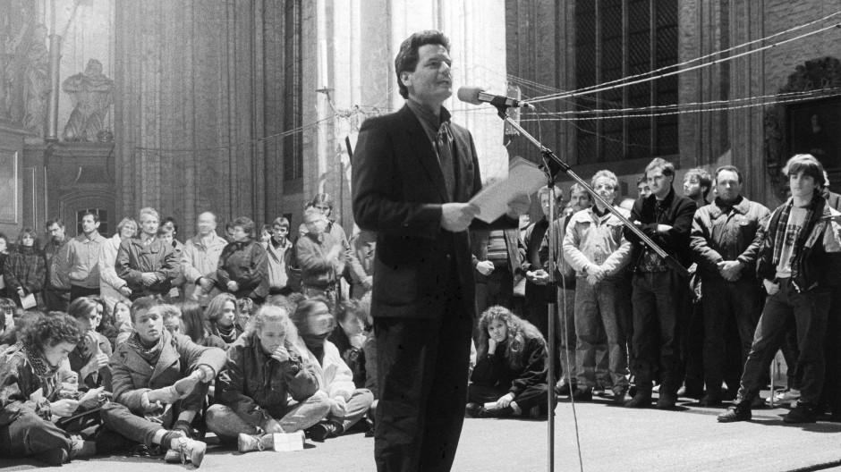 Joachim Gauck spricht im Herbst 1989 während einer Fürbittandacht in der Marienkirche in Rostock.