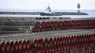 Im Hafen Mukran auf der Insel Rügen werden Rohre für den Bau der Erdgaspipeline Nord Stream 2 von Russland nach Deutschland gelagert.