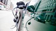 Immer mehr Deutsche kaufen sich ein elektrisches oder hybrides Auto