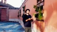 Mauerpark italiano: In einer Wand des Uni-Gebäudes zieht Sebastian Melnitzky, 26, aus Argentinien Küchenkräuter. Später werden sie auf den Tellern der Slow-Food-Studenten landen.