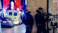 Polizisten sichern eine Straßenecke nahe des Anschlagortes in Straßburg.