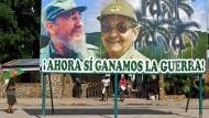 """""""Jetzt gewinnen wir den Krieg"""": Ein Propagandaplakat mit Raúl und Bruder Fidel Castro (links) erinnert in Havanna an alte Zeiten."""