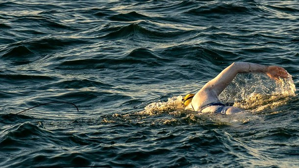 Brustkrebsüberlebende durchschwimmt Ärmelkanal