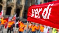 Nach einem Aufruf zum Warnstreik durch Verdi ist am kommenden Dienstag mit erheblichen Verspätungen im Nahverkehr zu rechnen.