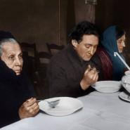 Speisung von Arbeitslosen: In einer Wärmehalle in Berlin-Neukölln werden Bedürftige mit warmem Essen versorgt (Januar 1931).
